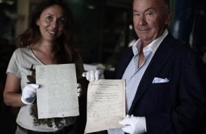 Gérard Lhéritier (ici avec sa fille) a acheté plusieurs manuscrits du contrat de mariage et de divorce de Napoléon avec Joséphine.Franck Fernandes